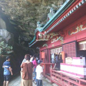 本殿は自然の洞窟の中にありとても神秘的