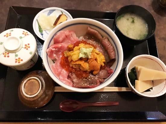 築地 いま津 国産黒毛和牛炙り天然マグロウニイクラ丼の贅沢丼
