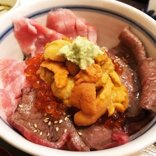 国産黒毛和牛炙り天然マグロウニイクラ丼の贅沢丼アップ