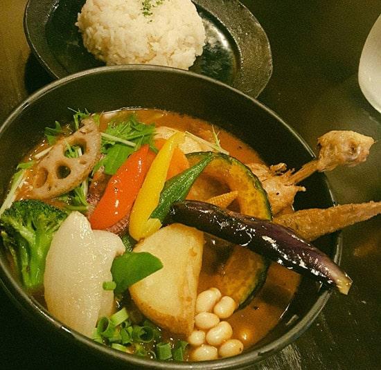 Rojiura Curry SAMURAI. 路地裏カレー侍. チキンと1日分の20種類の野菜
